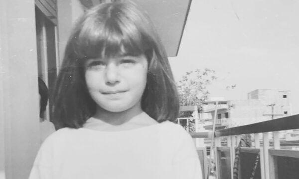 Αναγνωρίζετε ποια Ελληνίδα τραγουδίστρια είναι το κοριτσάκι της φώτο;