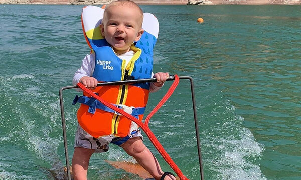 Μωράκι 6 μηνών κάνει θαλάσσιο σκι και το διαδίκτυο διχάζεται