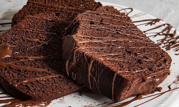 Λαχταριστό και σοκολατένιο κέικ από τον Άκη Πετρετζίκη
