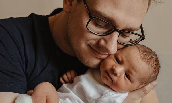 Αυτές οι φωτογραφίες μπαμπάδων με τα μωρά τους θα σας κάνουν να «λιώσετε»