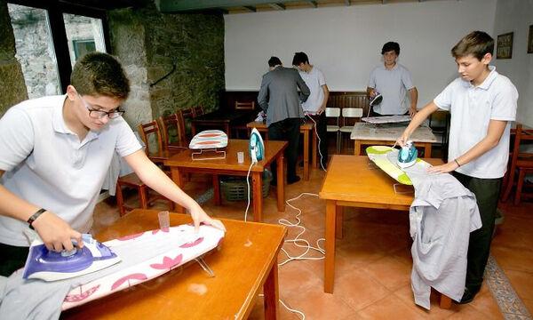 Σε αυτό το σχολείο τα αγόρια εκπαιδεύονται στις δουλειές του σπιτιού