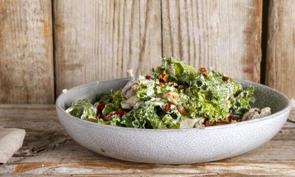 Άκης Πετρετζίκης: Συνταγή για την πιο υγιεινή caesar's salad