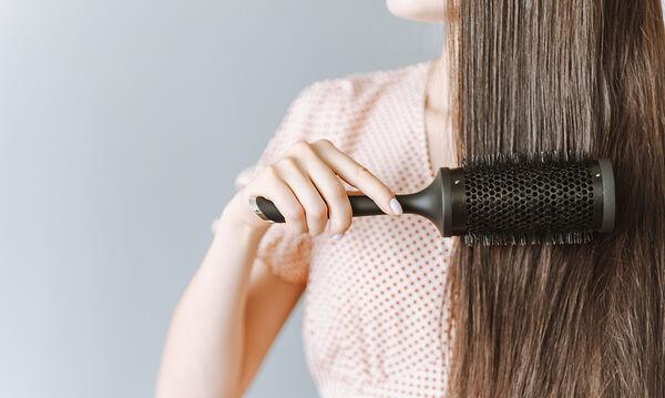 Έτσι θα ισιώσεις τα μαλλιά σου χωρίς πιστολάκι ή ισιωτικό