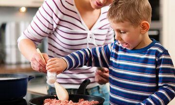 Έξι σημάδια που δείχνουν ότι το παιδί τρώει πολύ αλάτι