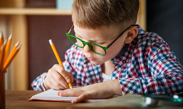 Πώς μπορούμε να βοηθήσουμε το παιδί να βελτιωθεί στην ορθογραφία;
