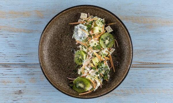 Δροσερή σαλάτα με παπάγια και ακτινίδιο από τον Άκη Πετρετζίκη