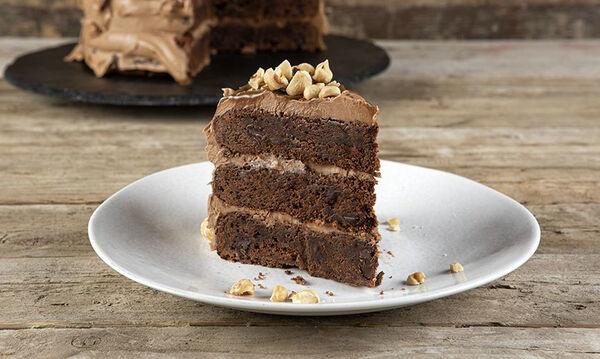 O Άκης φτιάχνει ένα μοναδικό γλυκό: Τούρτα brownies με frosting πραλίνας