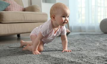 Μωρό που μπουσουλάει: Πώς θα καθαρίσετε σωστά τα χαλιά σας