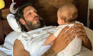 Ελληνίδα ηθοποιός φωτογράφισε τον σύζυγο με την 5 μηνών κορούλα τους