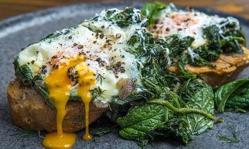 Πώς θα φτιάξετε αβγά φλωρεντίν ή αλλιώς αβγά με σπανάκι