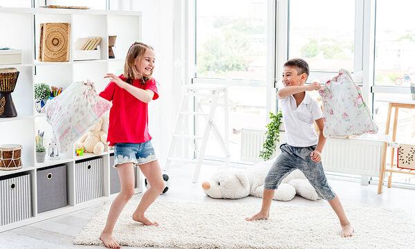 Πέντε τρόποι να αποσπάτε την προσοχή των παιδιών σας για να μη μαλώνουν