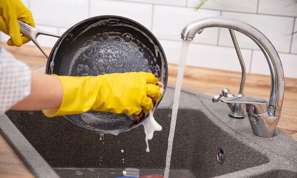 Έτσι θα καθαρίσετε τα καμένα λίπη από τις κατσαρόλες εύκολα και γρήγορα