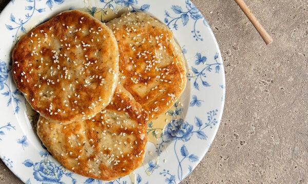 Άκης Πετρετζίκης: Συνταγή για λαχταριστό τηγανόψωμο με φέτα