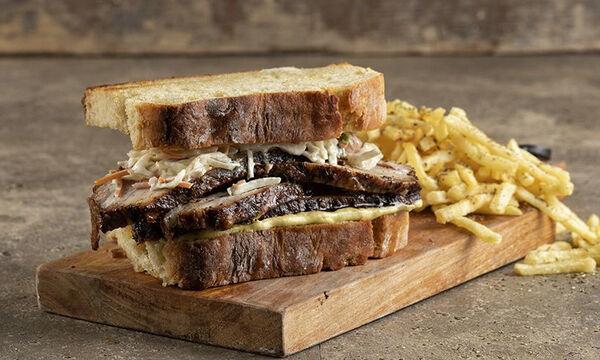 Πεντανόστιμο και χορταστικό σάντουιτς με πανσέτα από τον Άκη