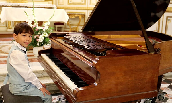 Εντυπωσιάζει με το ταλέντο του ο 6χρονος πιανίστας (vids+pics)