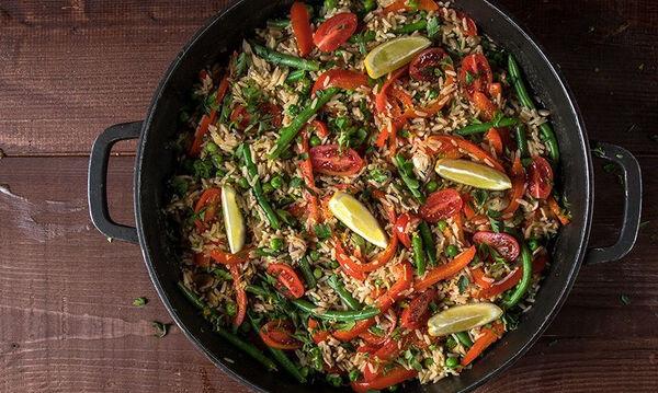 Εύκολη παέγια λαχανικών από τον Άκη Πετρετζίκη