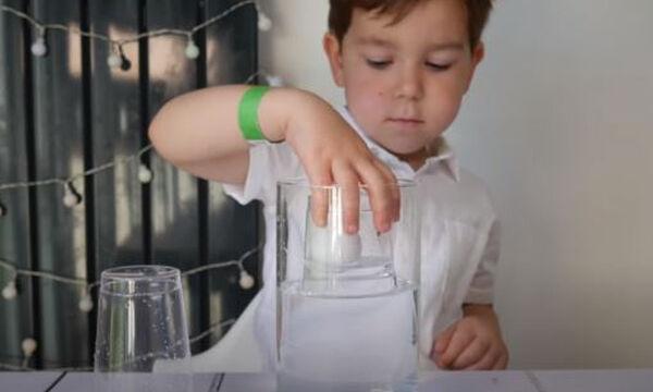 Πειράματα για παιδιά: Εντυπωσιακό πείραμα με νερό, ποτήρια κι ένα μπαλάκι