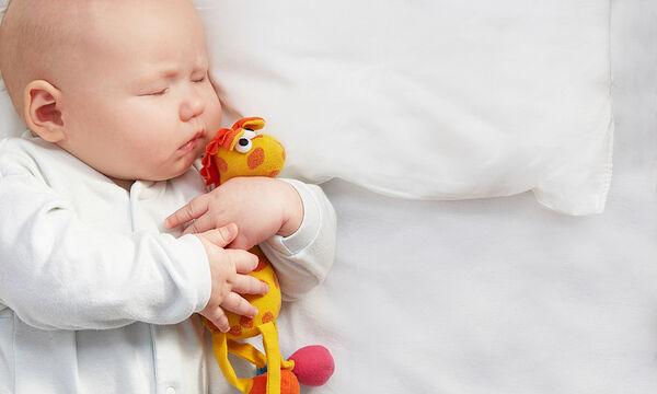 Πότε το μωρό μπορεί να κοιμηθεί σε μαξιλάρι;