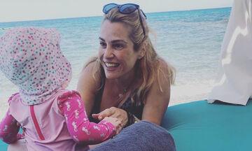 Τζένη Μπότση: Διαβάζει στην κόρη της παραμύθι & η μικρή κοιτάζει με προσοχή