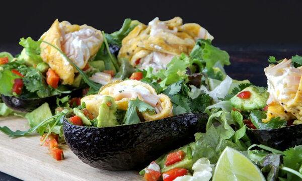 Υγιεινό σνακ για παιδιά: Γεμιστό αβοκάντο με γαλοπούλα και αβγά