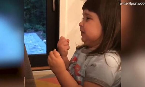 Δοκίμασε για 1η φορά πατατάκια με ξίδι & αλάτι - Η αντίδρασή της έγινε viral