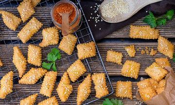 Φτιάξτε τα δικά σας σπιτικά cheese crackers (vid)