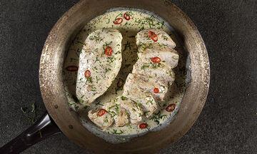 Εύκολη συνταγή για κοτόπουλο αλά κρεμ με 4 υλικά από τον Άκη