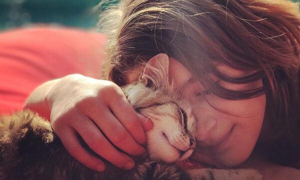 Παιδιά διάσημων Ελλήνων που έχουν διαλέξει τη γάτα για κατοικίδιο (pics)