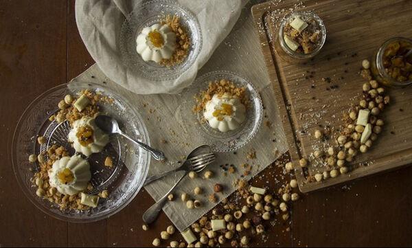 Φτιάξτε μοναδική πανακότα με λευκή σοκολάτα και crumble φουντουκιού