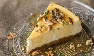 Το ελληνικό cheesecake του Άκη με γιαούρτι και μέλι που θα σας ξετρελάνει