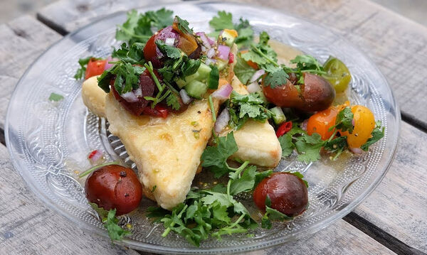 Φτιάξτε κι εσείς το τυρί σαγανάκι με σάλσα από ντοματίνια του Άκη