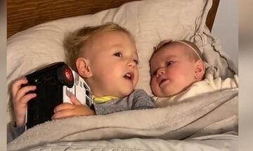 Δίχρονος βρήκε τρόπο να ηρεμήσει την 6μηνών αδελφή του και έγινε viral