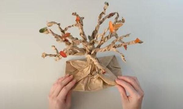 Χειροτεχνίες για παιδιά: Φτιάξτε ένα εντυπωσιακό δέντρο από χάρτινη σακούλα