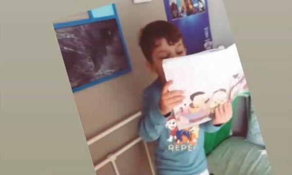 Το αγοράκι της φωτογραφίας είναι γιος γνωστής τραγουδίστριας