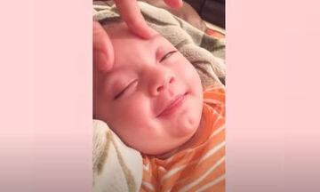 Οι απολαυστικές αντιδράσεις μωρών όταν τους κάνουν μασάζ (vid)