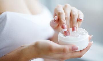 Tips για μαμάδες: Τρεις σπιτικές συνταγές scrub για απαλά χέρια