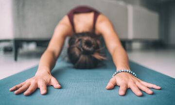Yoga στο σπίτι: 15λεπτο πρόγραμμα για γράμμωση και απώλεια κιλών