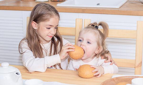 Αφράτα και τραγανά ψωμάκια που θα λατρέψει όλη η οικογένεια (vid)