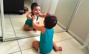 Μωρά βλέπουν τον εαυτό τους στον καθρέφτη - Δείτε τις αντιδράσεις τους