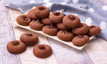 Μαγειρεύουμε παίζοντας: Φτιάξτε σοκολατένια μπισκότα με τα παιδιά