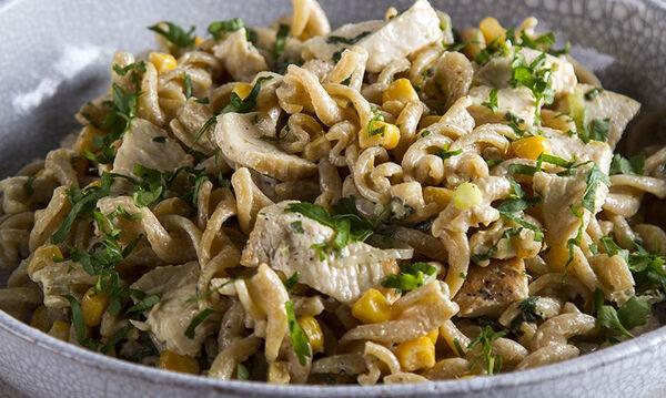 Κρύα σαλάτα με κοτόπουλο για όλη την οικογένεια από τον Άκη Πετρετζίκη