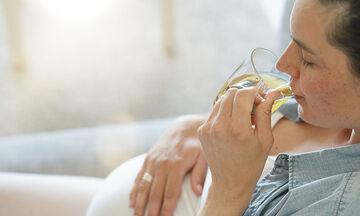 Χαμομήλι στην εγκυμοσύνη: Ποια τα οφέλη και πόσο μπορείτε να πίνετε