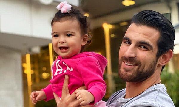 Ετεοκλής Παύλου: Ποζάρει με την κόρη του μπροστά στο στολισμένο δέντρο
