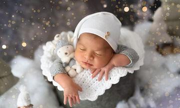 Νεογέννητα φωτογραφίζονται αγκαλιά με πάνινα ζωάκια και είναι αξιαγάπητα