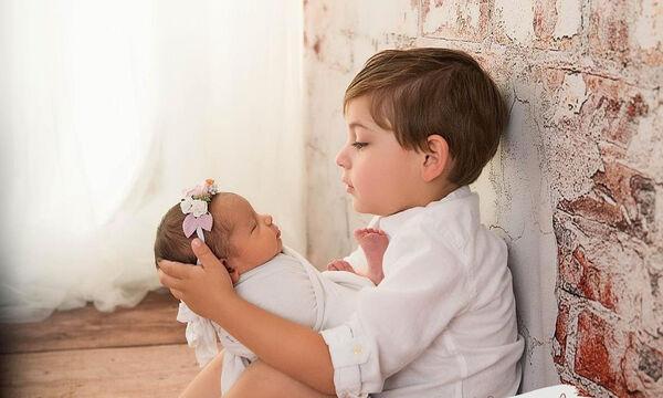 Υπέροχες φωτογραφίες παιδιών με το νεογέννητο αδελφάκι τους (pics)