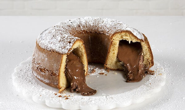 Κέικ βανίλιας γεμιστό με πραλίνα φουντουκιού