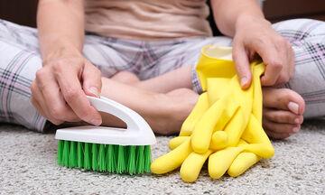 Tips για μαμάδες: Φτιάξτε σπιτικό καθαριστικό για χαλιά με τρία υλικά