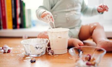 Όταν το νήπιο βοηθά τη μαμά στην κουζίνα (vid)