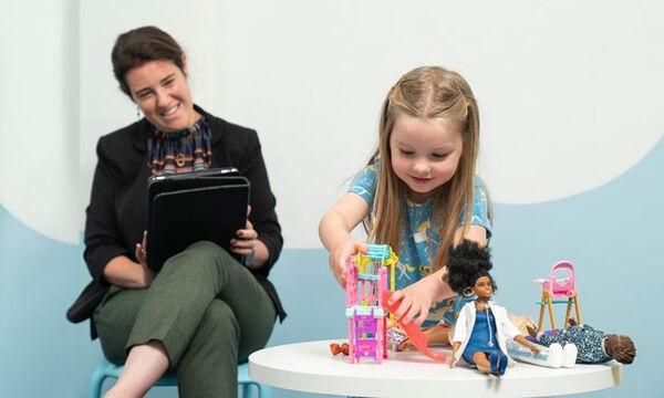 Η Νευροεπιστήμη επιβεβαιώνει: Το παιχνίδι με κούκλες ωφελεί το παιδί – Ποια τα βασικά συμπεράσματα