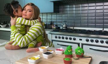 Φτιάξτε τα Grinch Cupcakes που έφτιαξε η Kylie Jenner με την Stormi (vid)